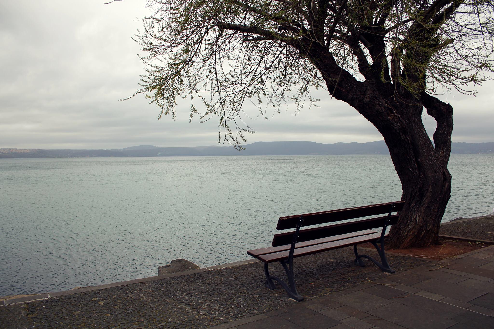 amore fra di noi in silenzio in riva al lago