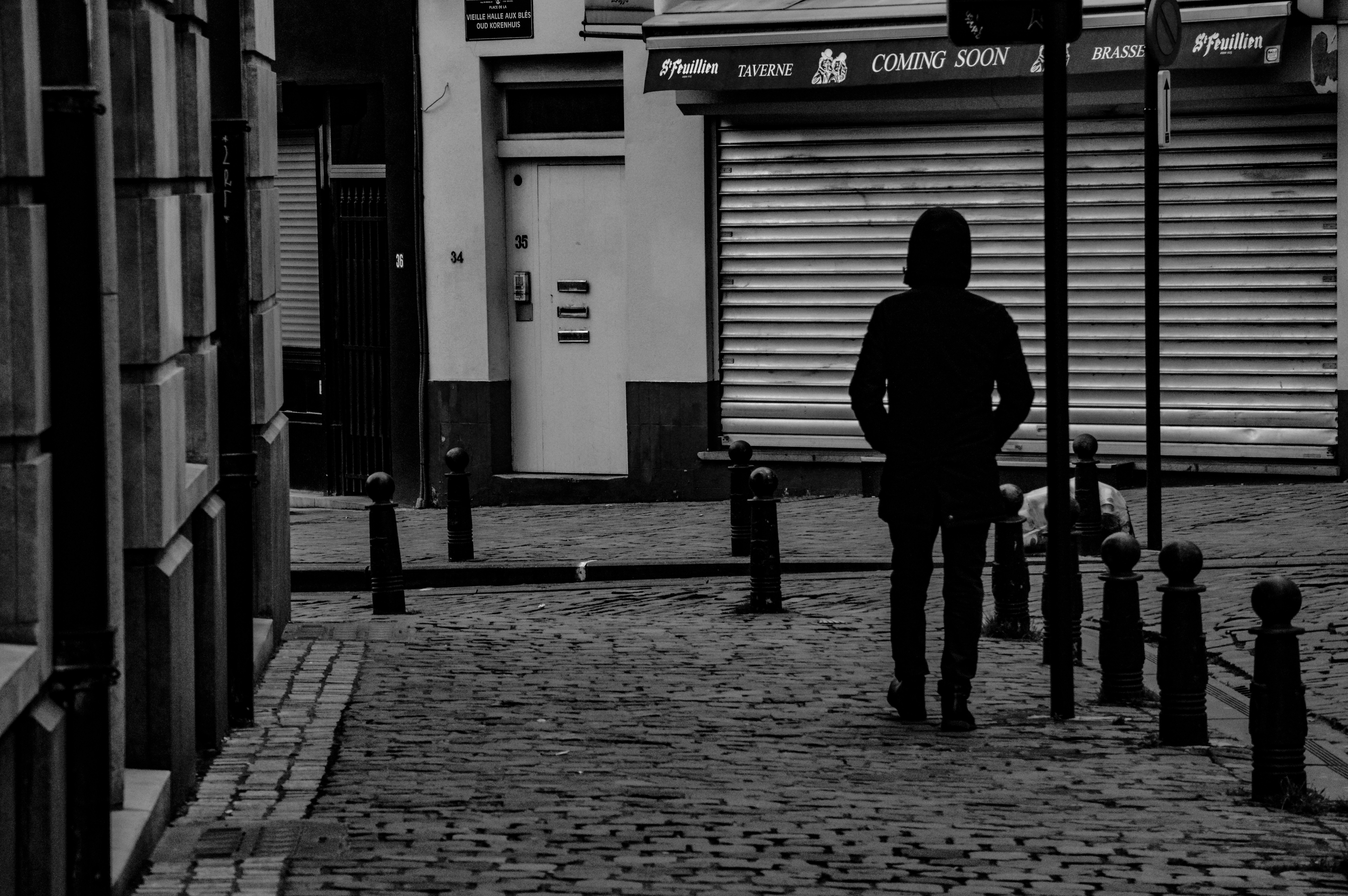 persona che passeggia in solitudine bianco e nero