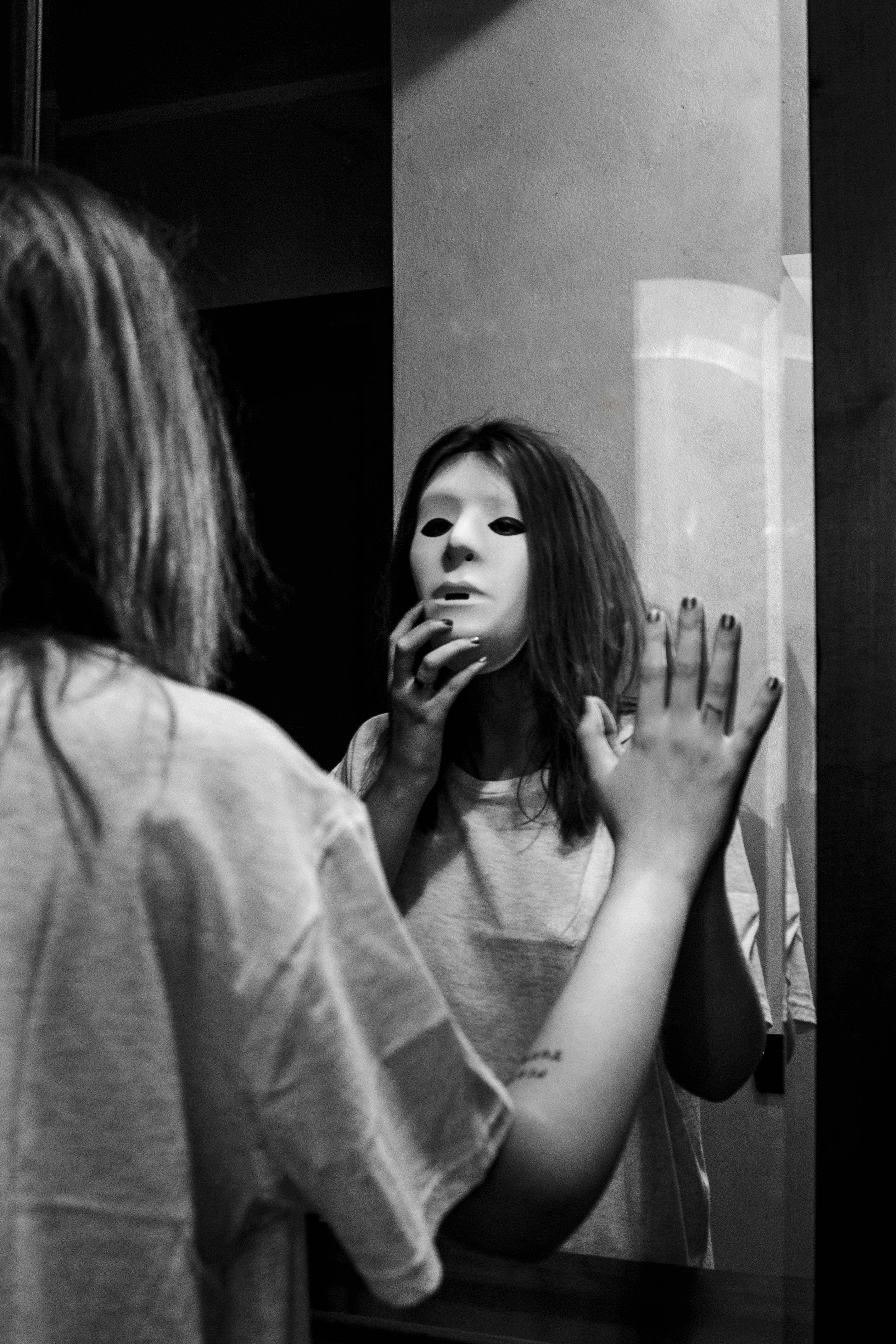 un corpo con la maschera allo specchio in bianco e nero