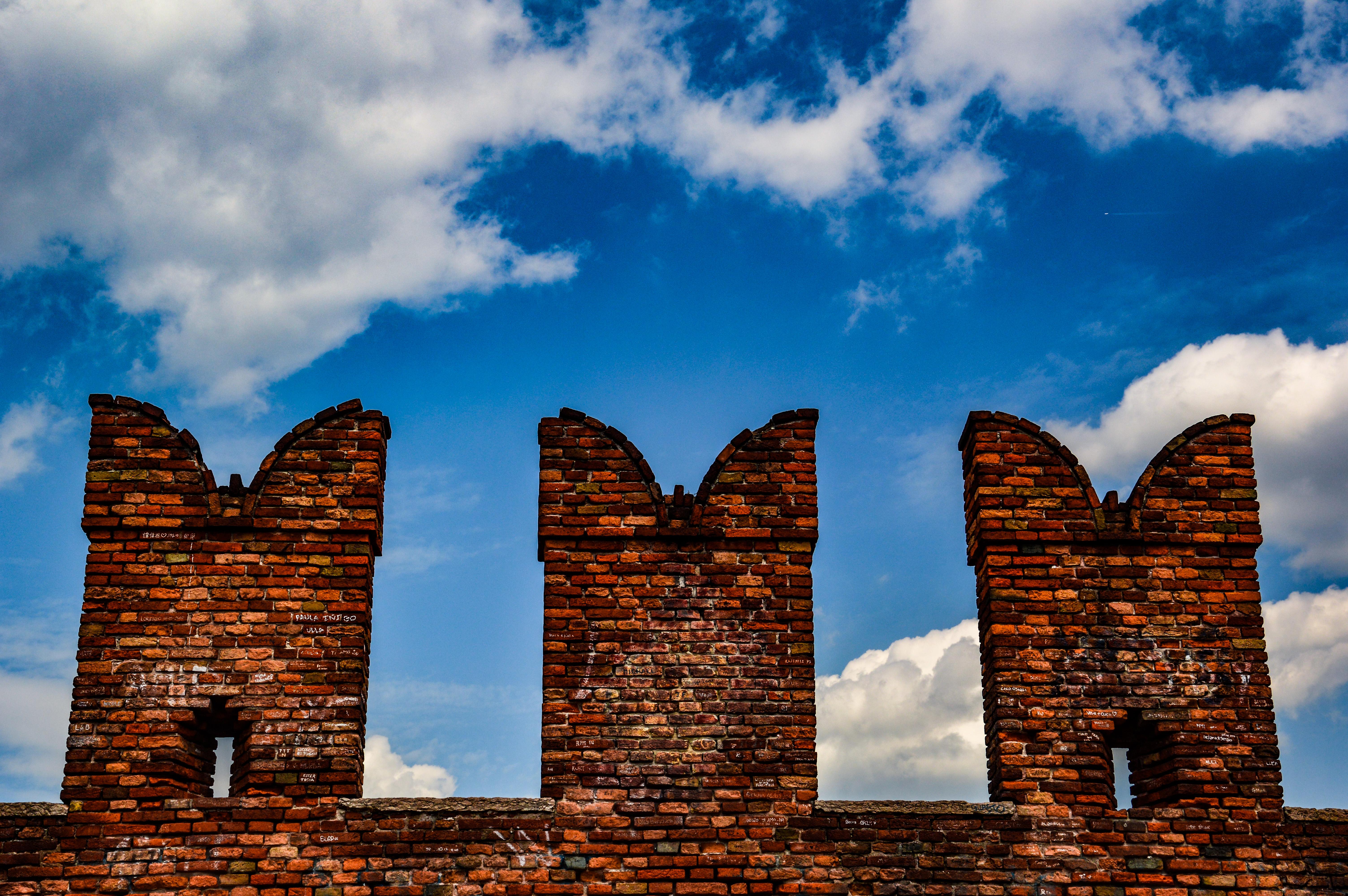 castello che si staglia su un cielo celeste con le nuvole e ti fa sentire piccolo