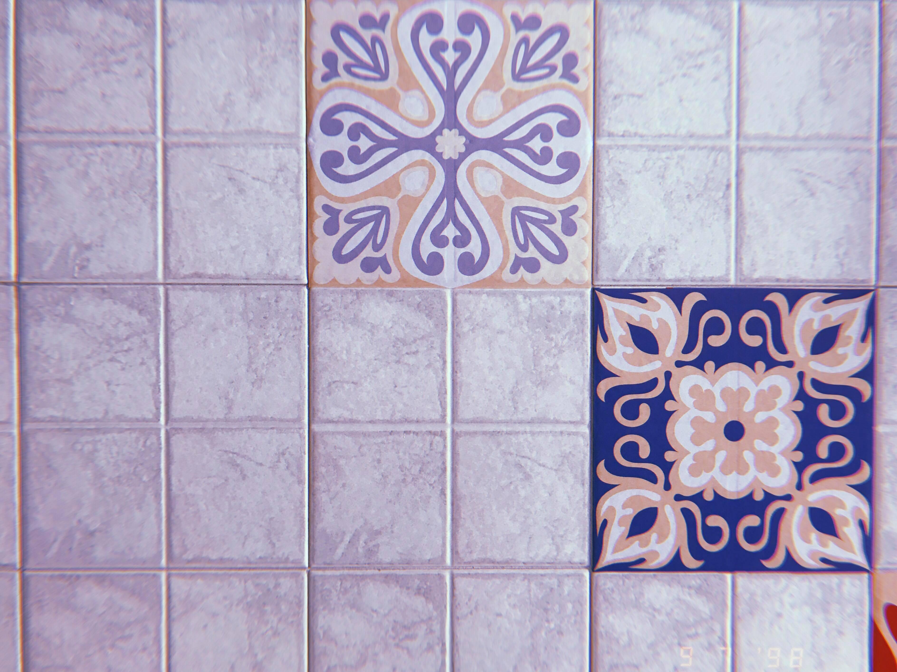 poche volte un mosaico di mattonelle blu di una cucina in estate