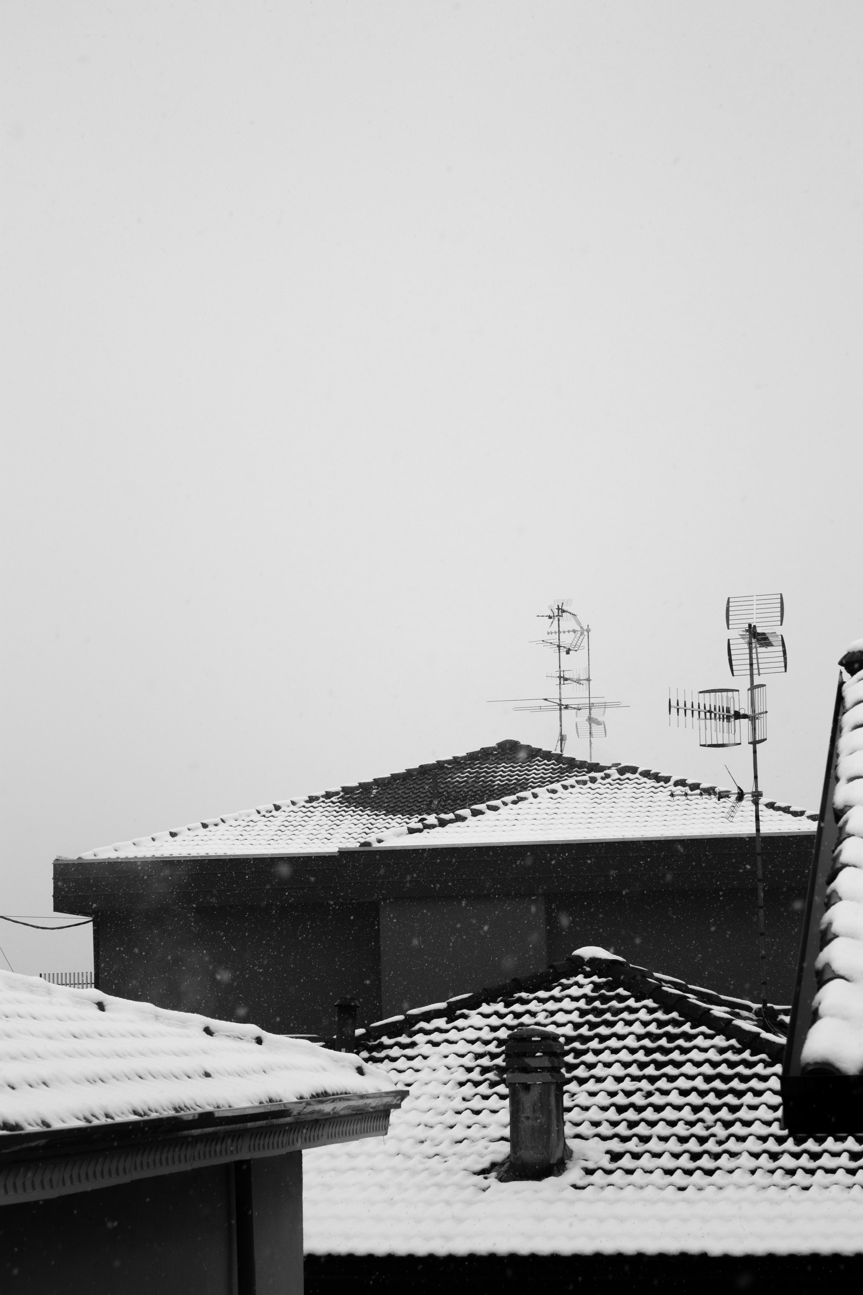 cielo grigio con neve sul tetto del carcere d'inverno