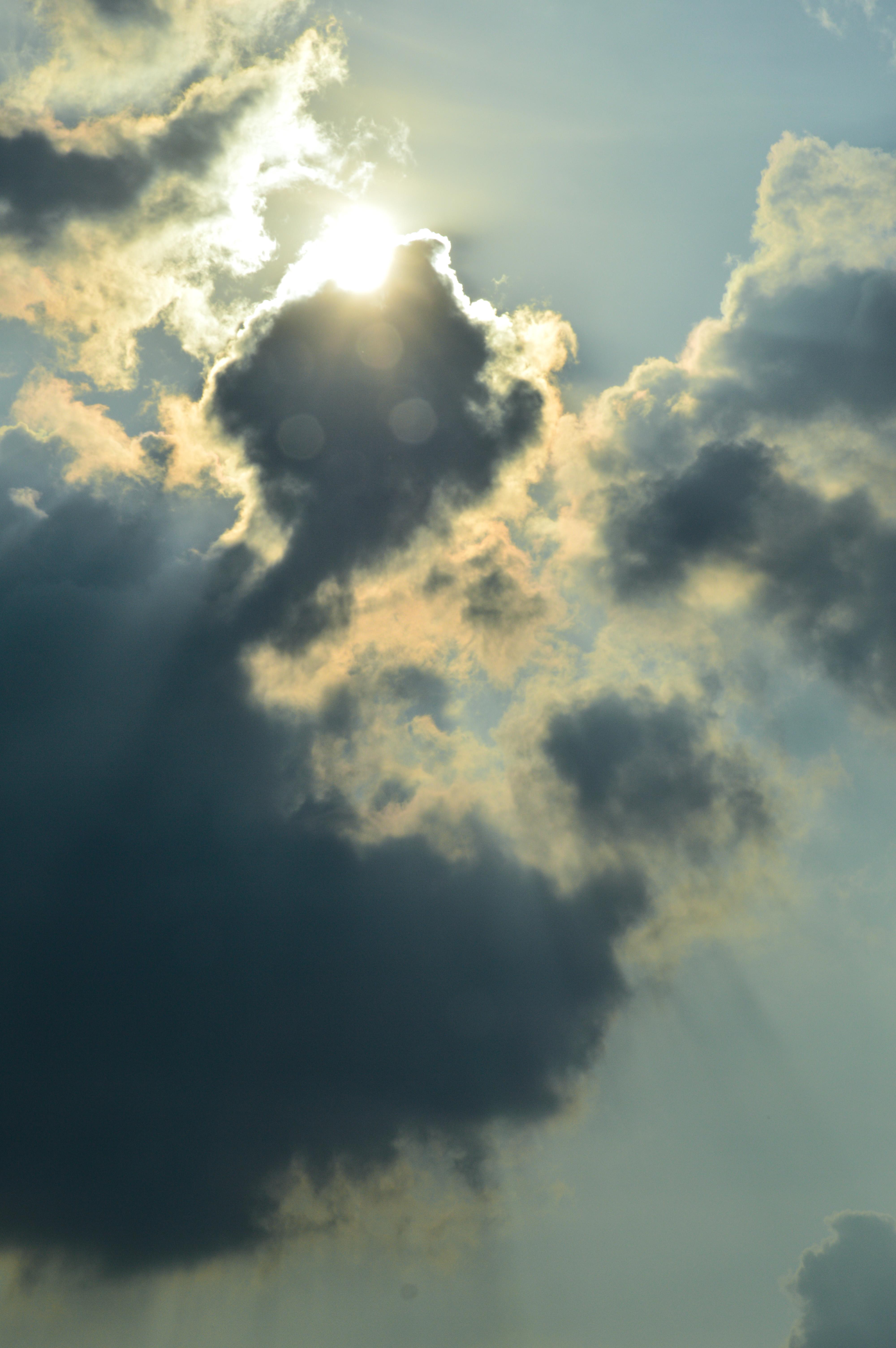 le nuvole in cielo nascondono il sole e la luna sua sorella