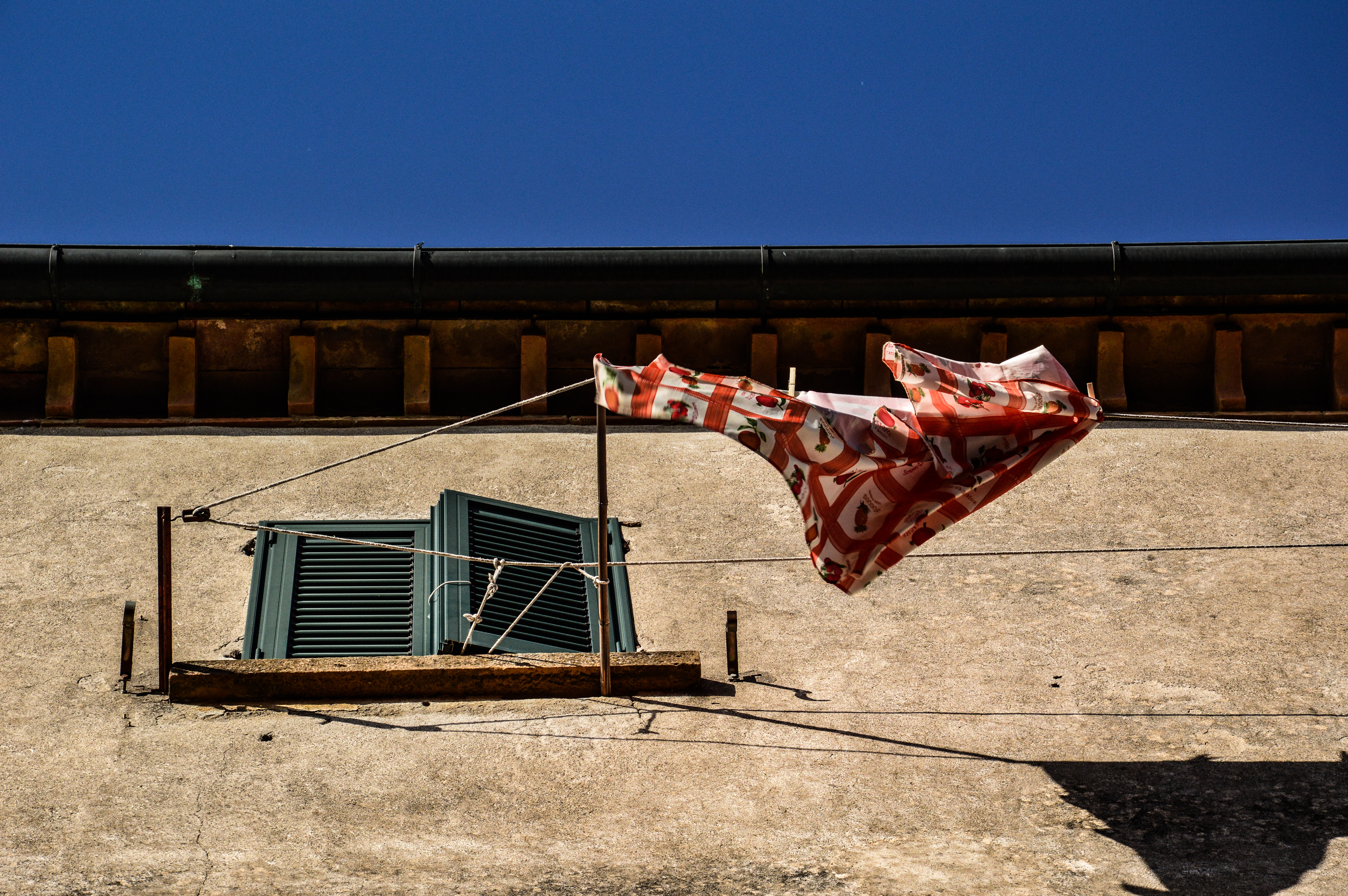 un panno steso al vento che cerca la libertà come le pagine con sfondo il cielo