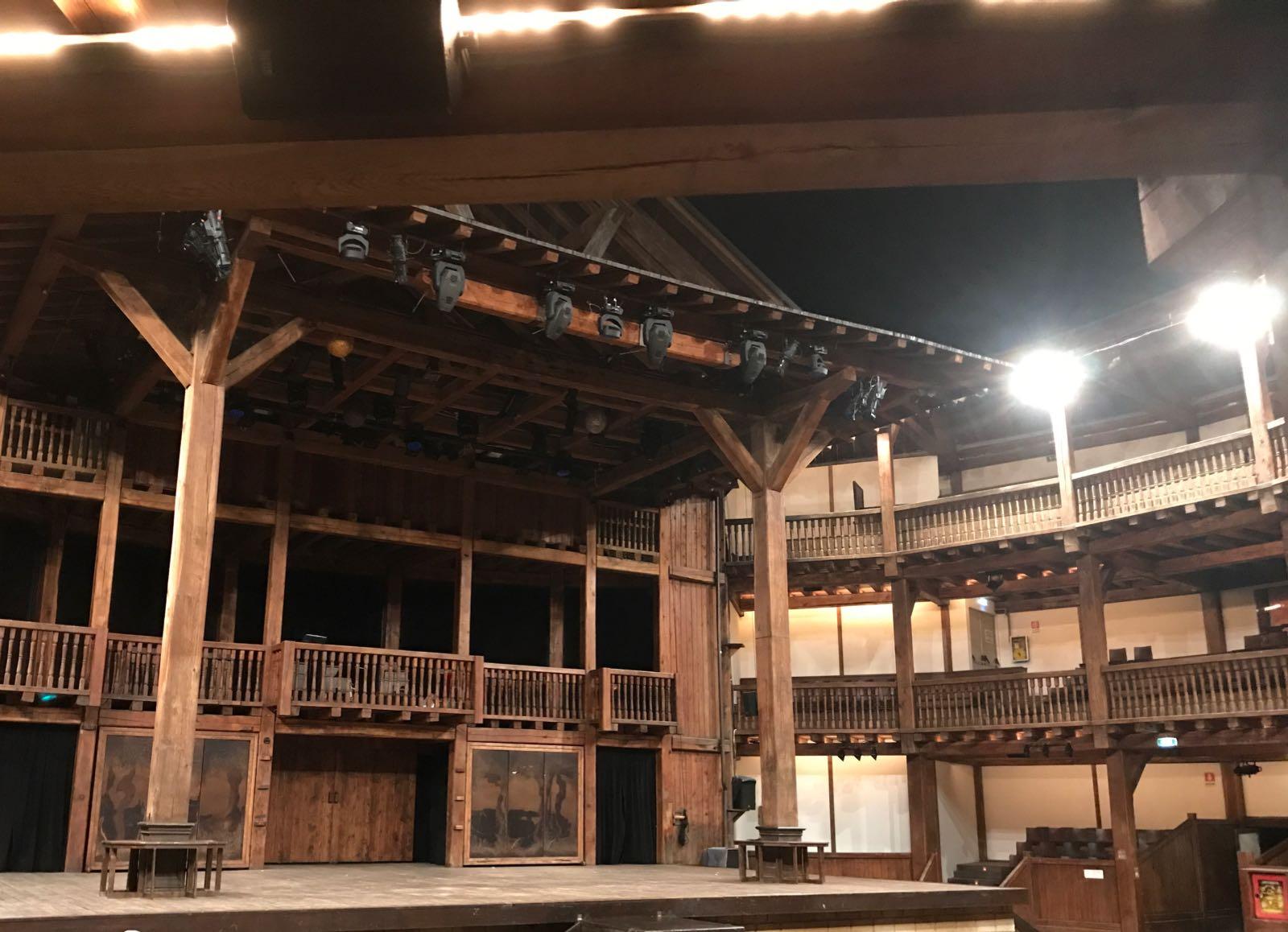 il globe thatre di roma con in scena shakespeare