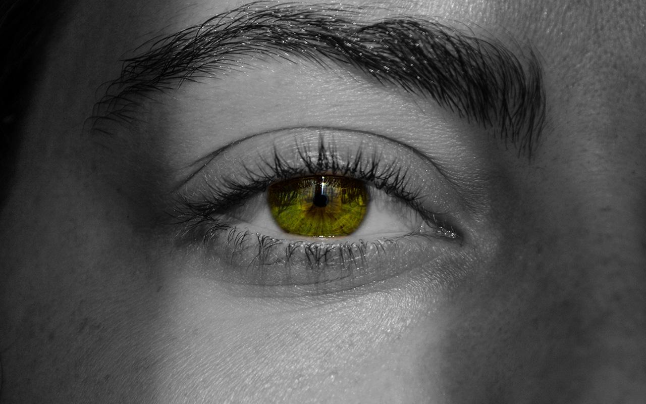storie del titanic di un ragazzo con gli occhi verdi la fotografia è in bianco e nero
