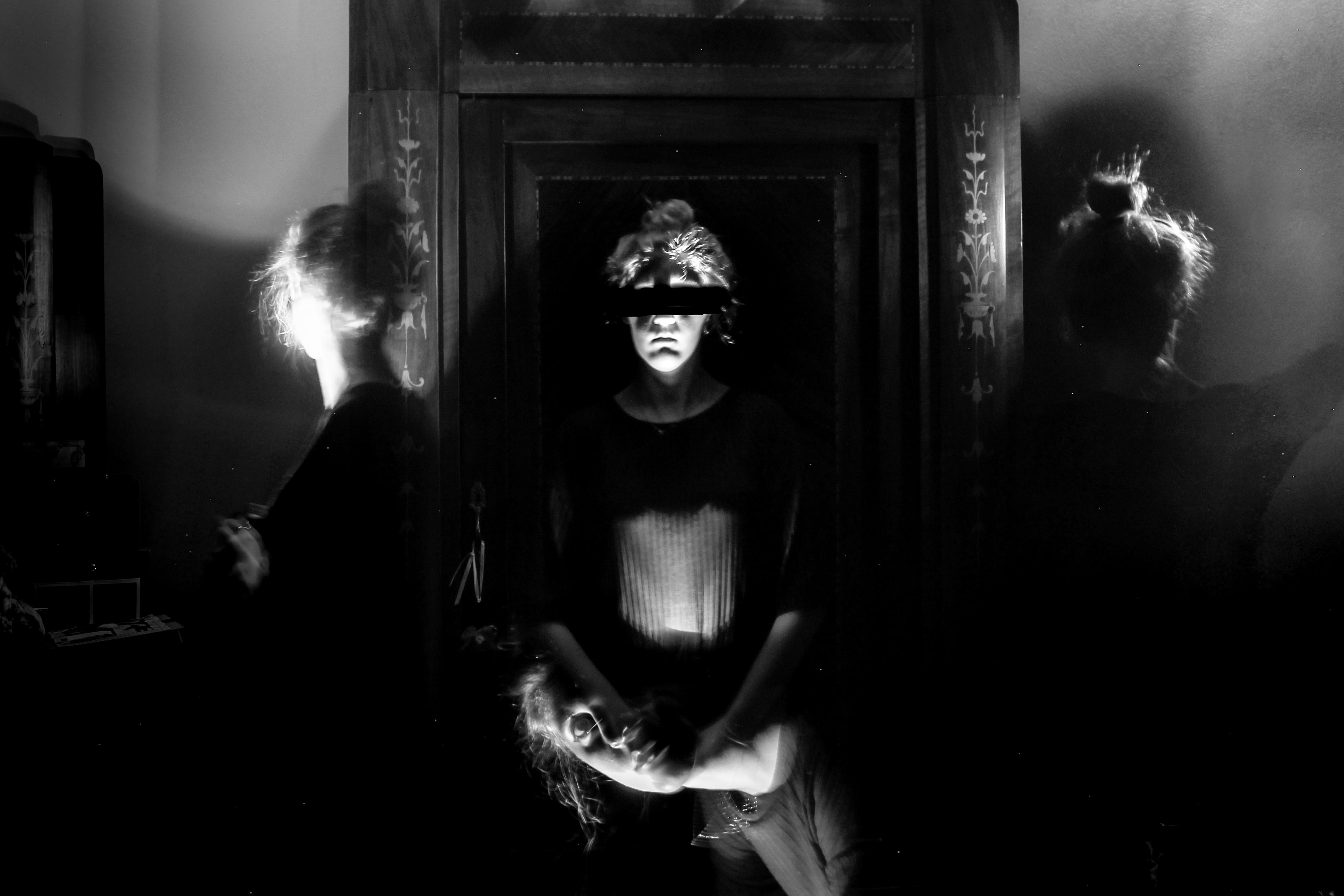 le allucinazioni date dalla narcolessia raffigurate in bianco e nero