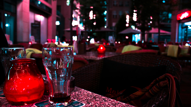 eva e thomas in un bar di torino