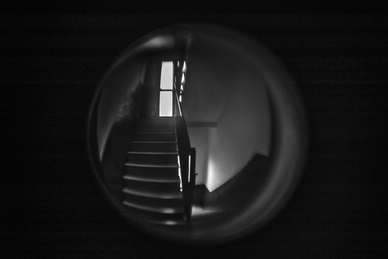 dallo spioncino del condominio non si vedono i figli dei vicini