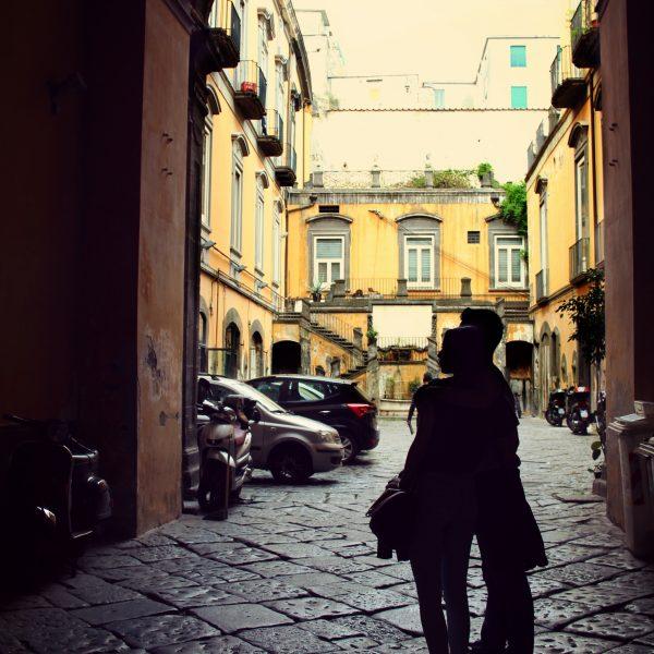 la vita di una coppia di ragazzi innamorati sotto a un portico di un cortile