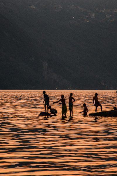 Io e te facciamo il bagno nel lago al tramonto con un bel panorama