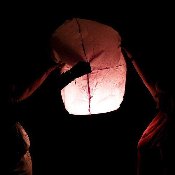 lanterna cinese accesa con il fuoco lanciata di notte come un sogno