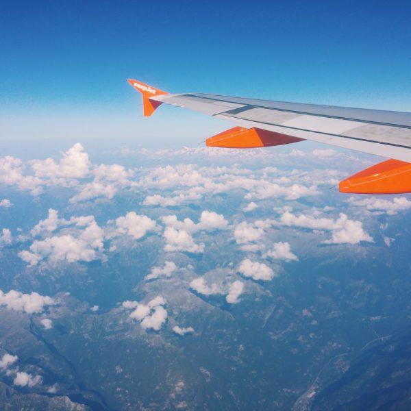 viaggio in aereo con vista cielo e nuvole